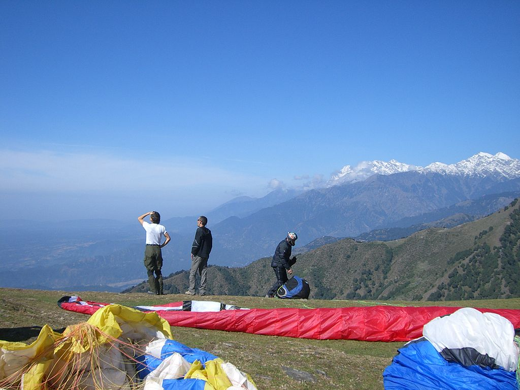 Pilots on a paragliding takeoff at Bir-Billing (01)