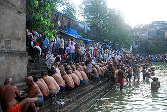 Pitru Paksha - Pitru Paksha rites being performed on banks of the Banganga Tank, September 7, 2007