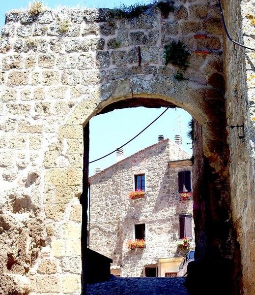 File:Porta di Castell'Ottieri (GR).JPG