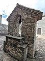 Pozzo nel cortile del Castello di Melfi.jpg