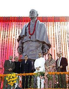 Praful Patel, the Minister of State (Independent Charge) for Micro, Small and Medium Enterprises, Shri Dinsha J. Patel and other dignitaries at the unveiling ceremony of the statue of Sardar Vallabh Bhai Patel.jpg