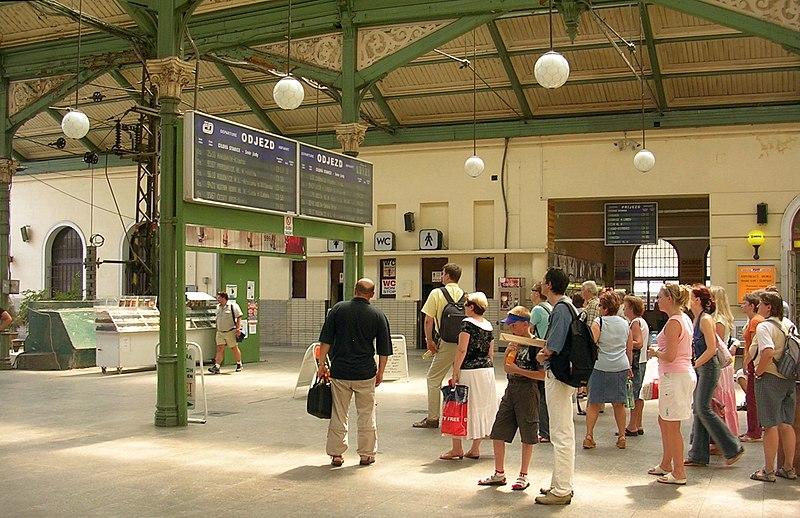 File:Praha Masarykovo nádraží, infotabule, záchody.jpg