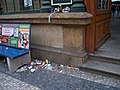 Praha Masarykovo nádraží, odpadky u vchodu z Havlíčkovy.jpg