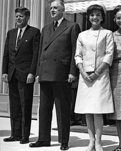 President De Gaulle stands between President Kennedy and Mrs. Kennedy on the steps of the Elysee Palace.jpg