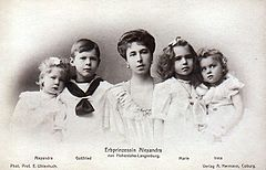 Princess Alexandra of Hohenlohe-Langenburg with her children.jpg