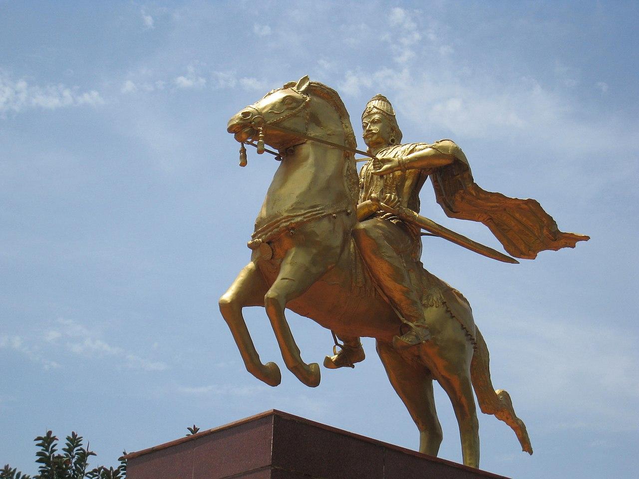 Rajaraja Statue.jpg