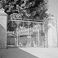 Ramle Straatbeeld met het metalen in barokstijl uitgevoerde toegangshek tot het, Bestanddeelnr 255-3875.jpg
