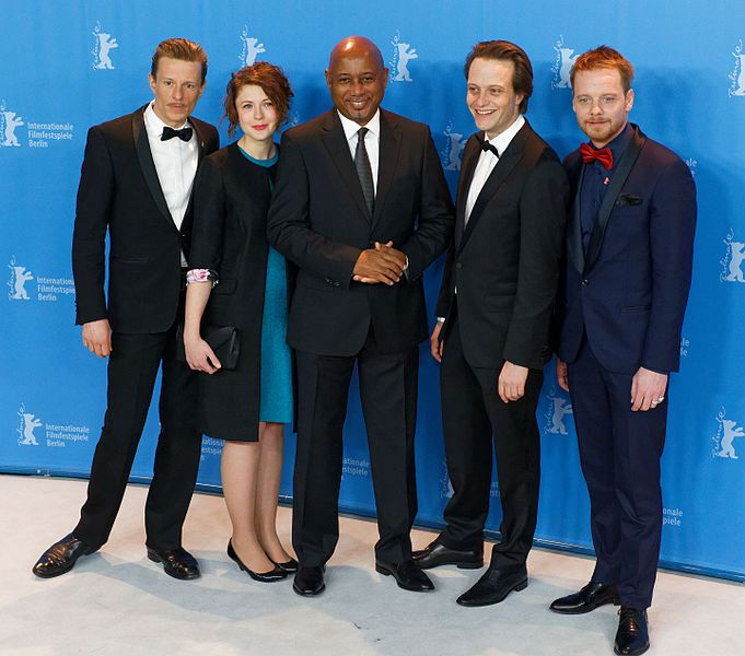 Datei:Raoul Peck & Cast Photo Call Der junge Karl Marx Berlinale 2017 02.jpg