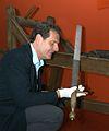 Reinhard Gottschalk, Historisches Museum Hannover, Direktor Thomas Schwark mit dem hannoverschen Richtschwert.jpg