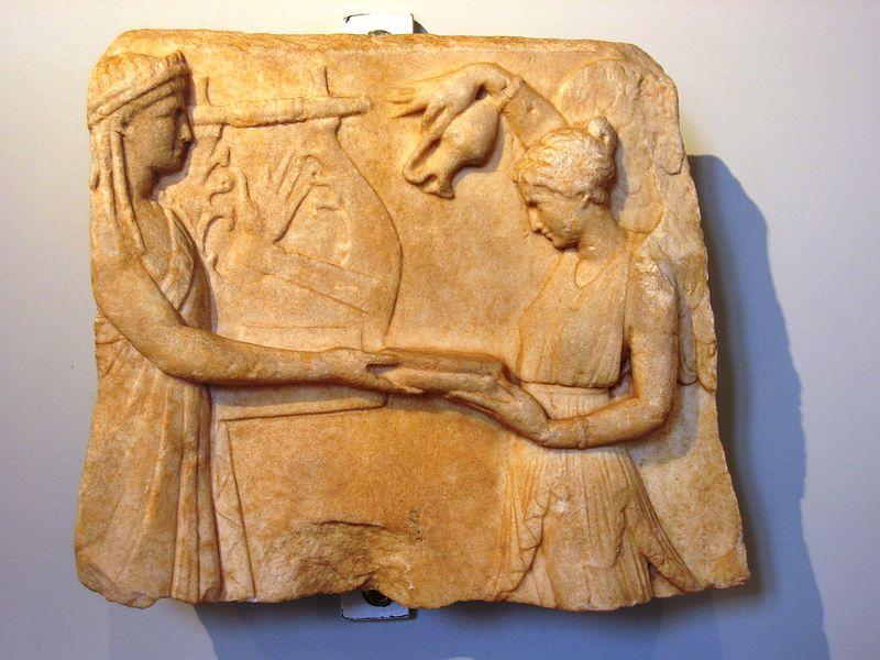 Rilievo arcaistico frammentario, epoca augustea, marmo pentelico, acquistato a Roma.JPG