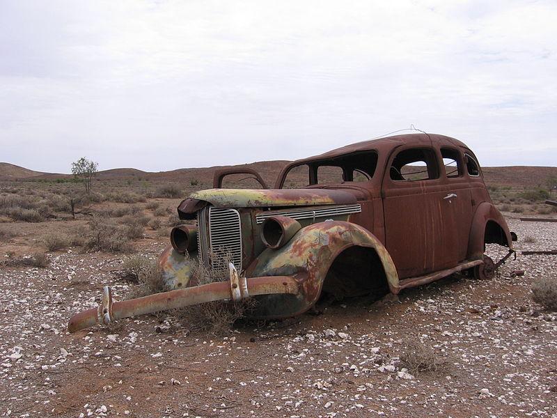 File:Rusted car, Strezlecki Track.jpg