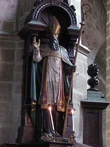 Vue d'une statue d'un évêque bénissant, dans une église.