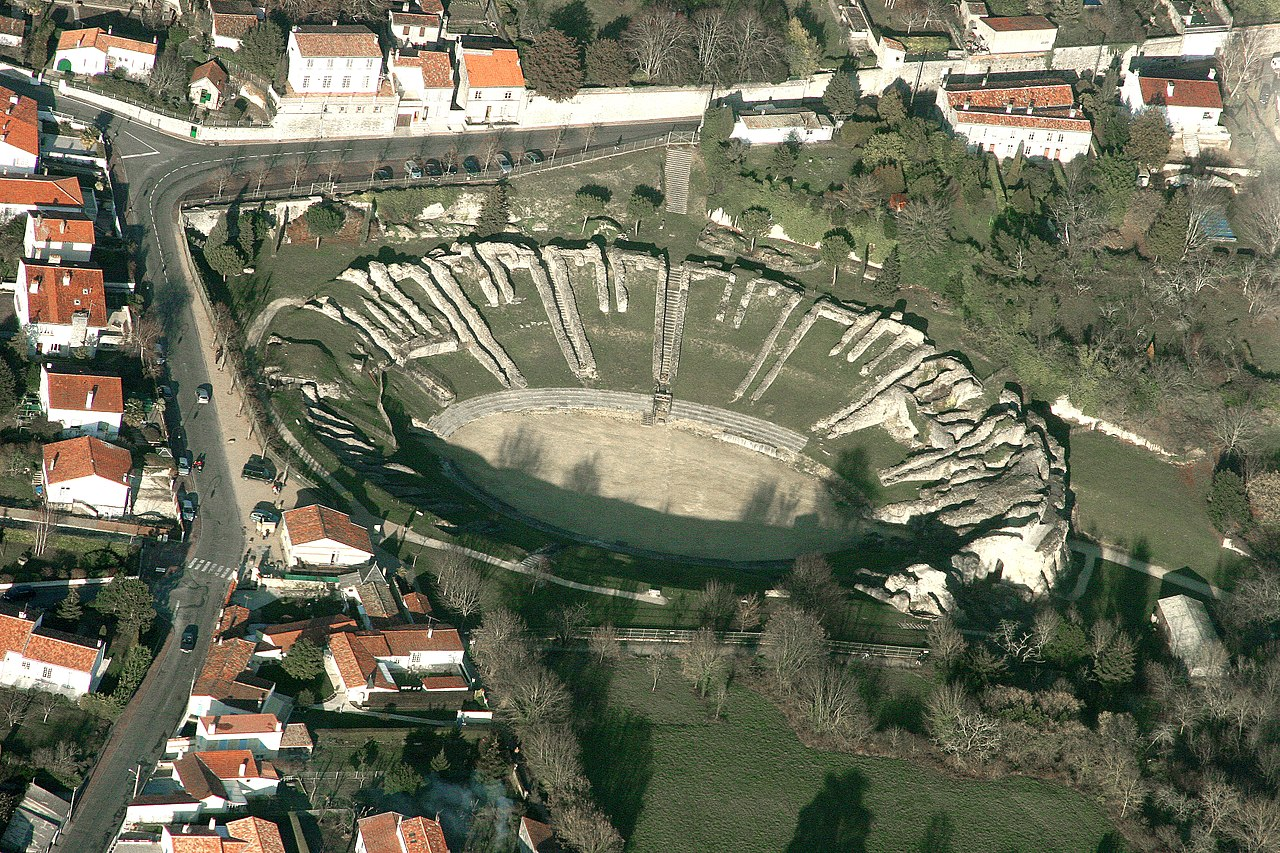 Photographie de l'amphithéâtre gallo-romain de Saintes (Charente-Maritime) classé aux Monuments historiques en 1840 téléversée à l'occasion de l'édition 2017 de Wiki Loves Monuments / CC BY-SA 4.0 Jacques Dassié sur Wikimedia Commons.