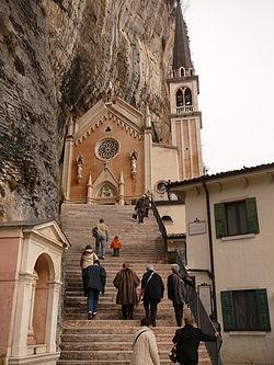 Santuario Madonna della Corona-ingresso chiesa.JPG