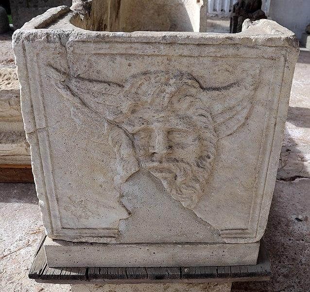 File:Sarcofago frammentario romano con artigiani al lavoro 02 acheloo.jpg