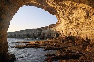 Grotte marine, au cap Greco (Chypre). (définition réelle 5000×3305)