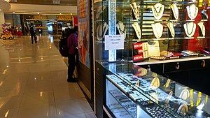 """Corruption in India - A jewellery store in a shopping mall with a notice """"We accept ₹500 and ₹1000 notes"""", even after they were no longer valid banknotes."""