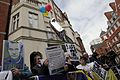 Simpatizantes de Julian Assange se reúnen en los exteriores de la embajada ecuatoriana en Londres. (9058161247).jpg