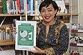 Siska Doviana Dengan Buku Pedoman Penyuntingan Wikipedia 3.jpg