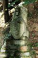 Skulptur mit Wappenschild, Eingangsbereich Gut Schönberg bei Oberwesel am Rhein.jpg