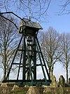 foto van Kerkhof met klokkenstoel met zadeldak