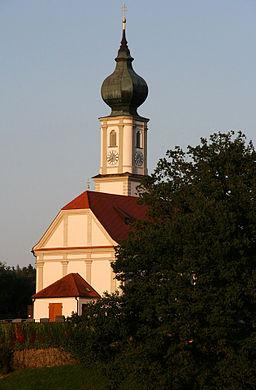 St. Martin, die katholische Pfarrkirche von Niedertaufkirchen (Landkreis Mühldorf am Inn, Oberbayern). Der ansehnliche Barockbau, errichtet 1723, steh...