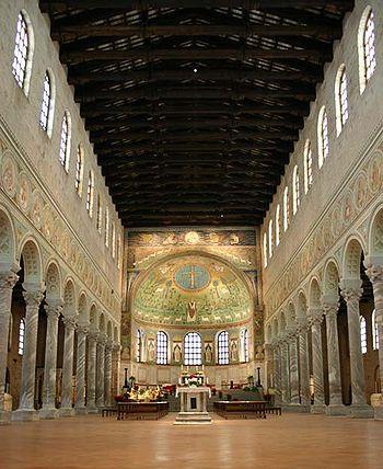 Nave principal de la basílica de San Apolinar in Classe, con las 24 columnas que la separan de las laterales, el soporte para la bóveda y el ábside al fondo con su decoración de mosaico.