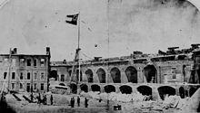 Photo de la cour de Fort Sumter après la bataille.