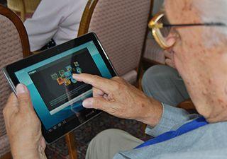 Oudere met tablet