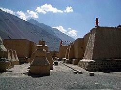 Tabo Gompa - old walls and chortens.jpg