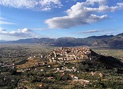 Teggiano, Vallo di Diano, Italia (panorama).jpg