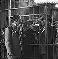 Televisiestuk Drie stuivers opera , Mackie Messer (Joop Doderer) in de gevange, Bestanddeelnr 911-7347.jpg
