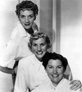 The Andrews Sisters in 1952, van boven naar beneden LaVerne, Patty en Maxene