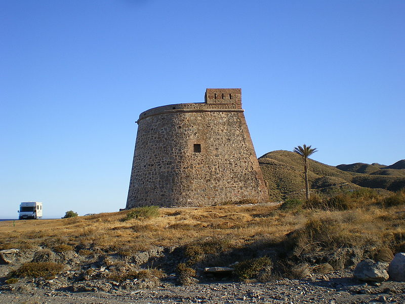 https://upload.wikimedia.org/wikipedia/commons/thumb/0/05/Torre_de_Macenas_(norte).jpg/800px-Torre_de_Macenas_(norte).jpg