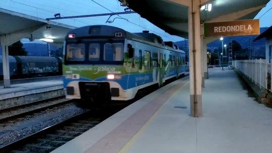 Tren Celta saíndo da estación de Redondela