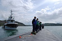 US Navy 090510-N-3090M-141 A Norwegian tugboat assists USS New Hampshire (SSN 778) as she moors at Haakonsvern, Norway.jpg