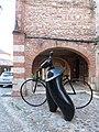 Une cycliste sculptée par Jean-Louis Toutain.jpg