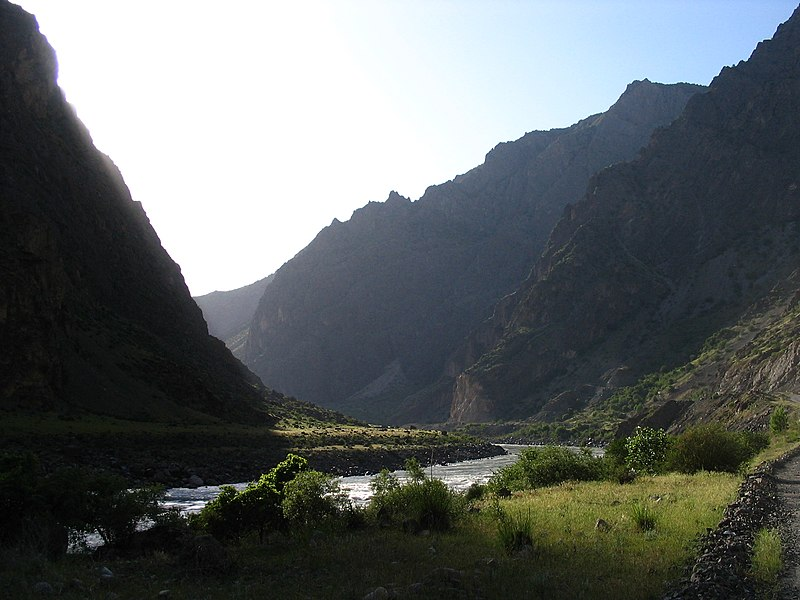 Fil:Up the Panj Valley to Khalaikhum.jpg