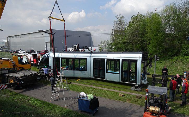 Valenciennes & Anzin - Déraillement de la rame de tramway n° 17 à la sortie du dépôt de Saint-Waast le 11 avril 2014 (050).JPG