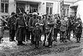 Valkoisten joukkoja Tampereen keskustassa 5.4.1918 (26970234105).jpg