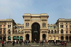 Veduta della Galleria Vittorio Emanuele II da piazza del Duomo, Milano.jpg