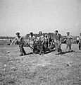 Vliegveld Semarang. Een bom bestemd voor een P.40 wordt naar het vliegtuig getra, Bestanddeelnr 11810.jpg