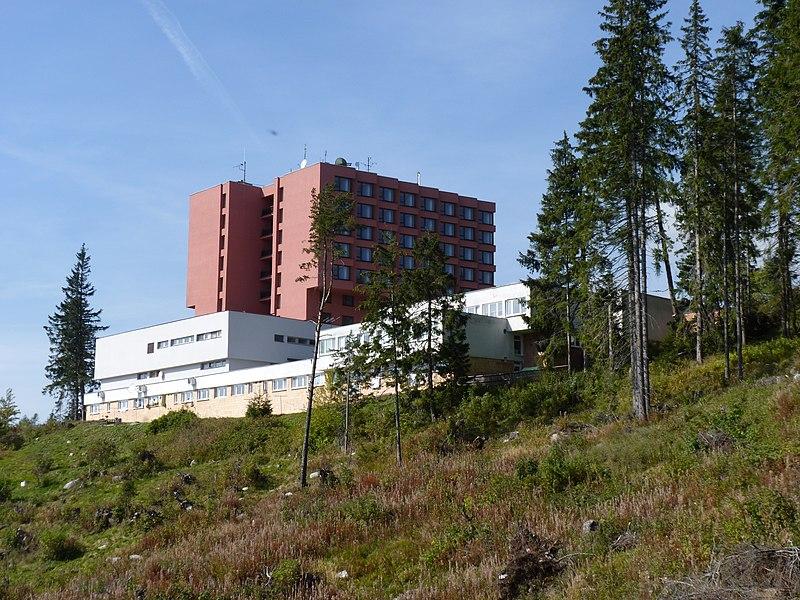 File:Vysoké Tatry, Štrbské pleso, hotel.JPG