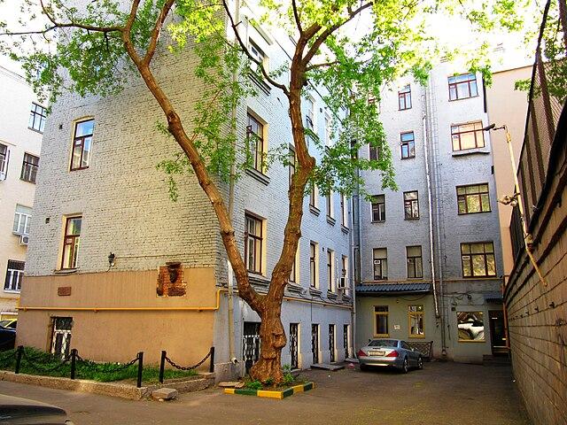 Москва, Большой Каретный переулок, 15. Задняя часть дома, в котором Владимир Высоцкий жил в 1949—1955г. Видны табличка и барельеф.