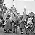 Wageningen 700 jaar stadsrechten Jong en oud loopt in klederdracht door de stad, Bestanddeelnr 915-2551.jpg