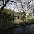 Zicht op de linker zijgevel van het woonhuisgedeelte van de boerderij met stookhut en omgrachting - Nuis - 20401870 - RCE.jpg