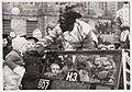 Zwarte piet deelt snoepjes uit op de Dam, 1945.jpg