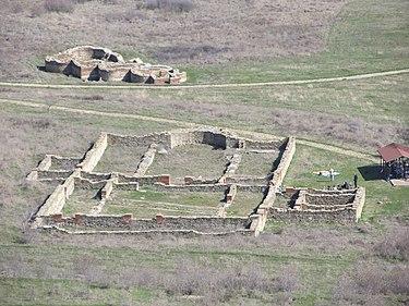 Останки от крепоста «Калето» основи от далеч.jpg