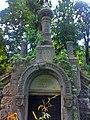 Склеп-надгробок на могилі родини Матвеєвих (Байкове кладовище, Київ).jpg