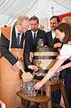 2014-07-04 Eröffnung Schützenfest Hannover mit Bruchmeistern, (324) Anstich des Fassbieres durch Oberbürgermeister Stefan Schostok.jpg